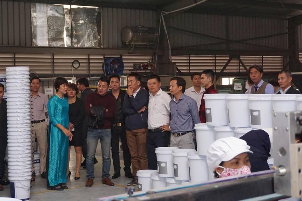 Khách hàng tham xưởng in lưới trên vỏ thùng sơn